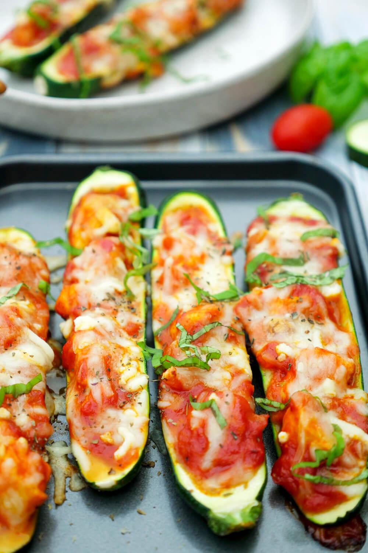 Schnelles Low Carb Rezept für gefüllte Zucchini mit Hähnchen, Parmesan, Tomatensauce und Mozzarella