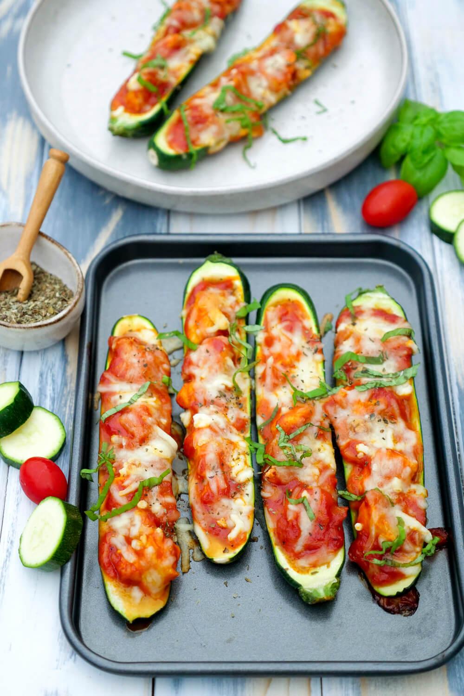 Gefüllte Zucchini mit Hähnchen & Parmesan - ein einfaches und schnelles Low Carb Rezept mit Käse, Hähnchen und Tomatensauce