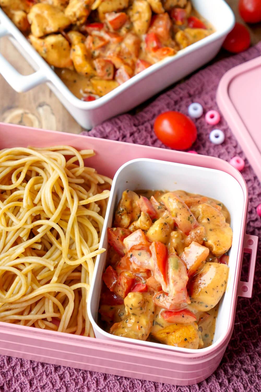 Meal Prep Hähnchenpfanne mit Paprika, Tomaten und Basilikum - ein schnelles Rezept für die Mittagspause im Büro oder für die Feierabendküche