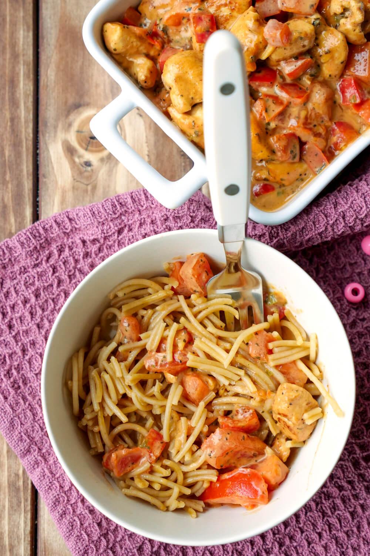Schnelle Hähnchen-Paprika-Pfanne mit Tomaten und Vollkornnudeln für Kinder - ein einfaches Rezept mit frischen Zutaten für Kinder