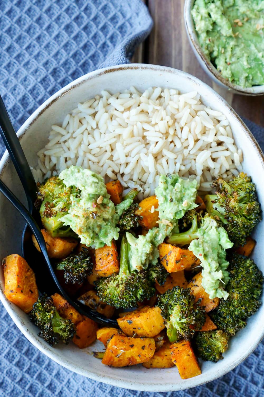 Schnelle Feierabend-Bowl mit Süßkartoffeln, Brokkoli, Reis und einem Avocado-Dip