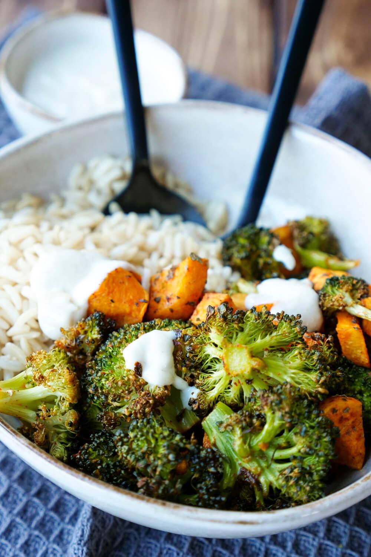 Gesunde Bowl mit gerösteten Süßkartoffeln, Brokkoli, Naturreis und einem Tahin-Dressing - Meal Prep und WW tauglich