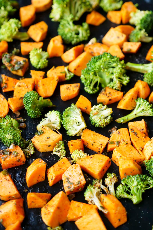 Süßkartoffeln mit Brokkoli ganz einfach und schnell im Ofen zubereiten - Meal Prep und WW geeignet