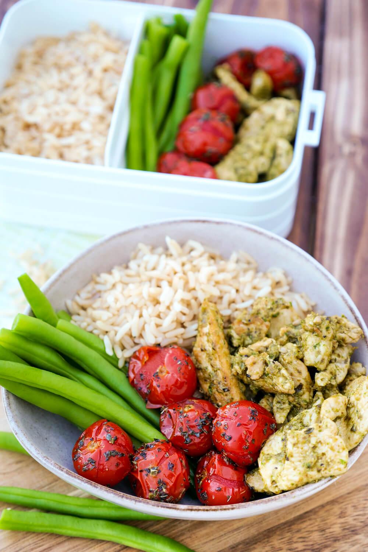 Hähnchen-Bowl mit Tomaten, Reis und grünen Bohnen