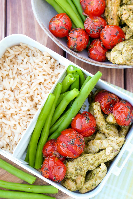 Hähnchen-Bowl mit Reis, Bohnen und Tomaten in der Lunchbox