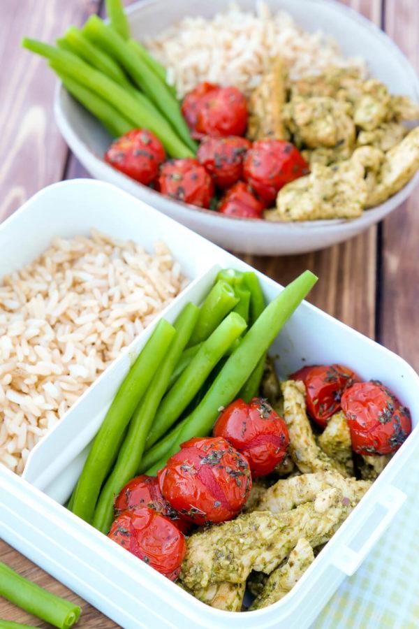 Hähnchen mit Pesto, Reis, Tomaten und Bohnen in der Lunchbox