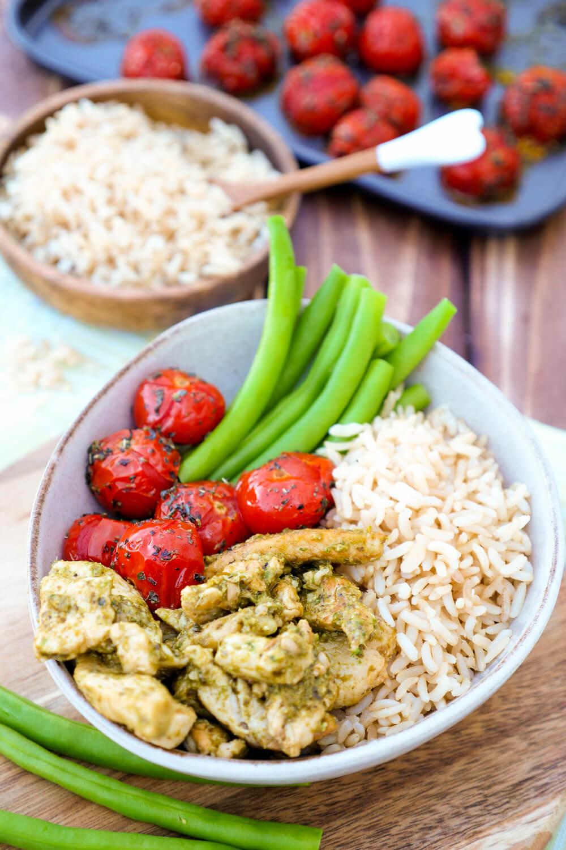 Hähnchen-Pesto-Bowl mit gebackenen Tomaten und Reis