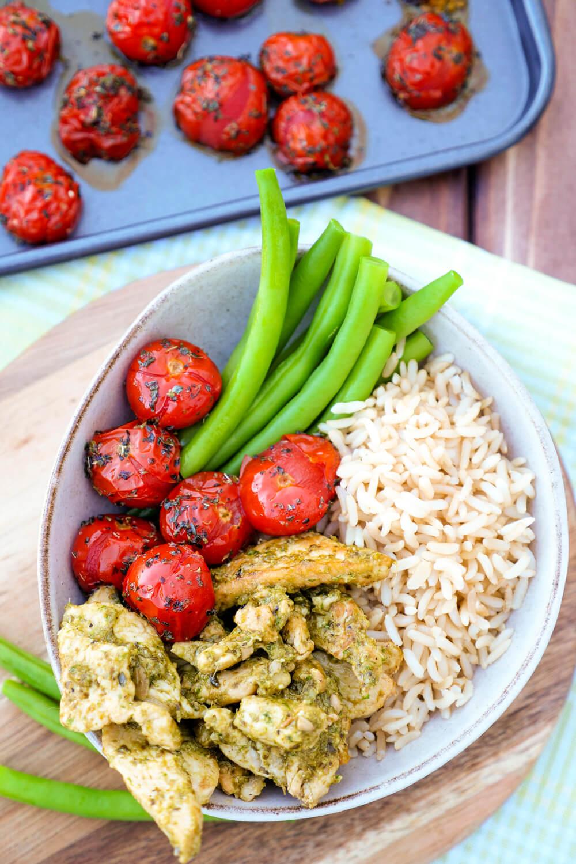 Gesunde Bowl mit Hähnchen, Pesto, Reis, Tomaten und Bohnen - ein schnelles Feierabendrezept