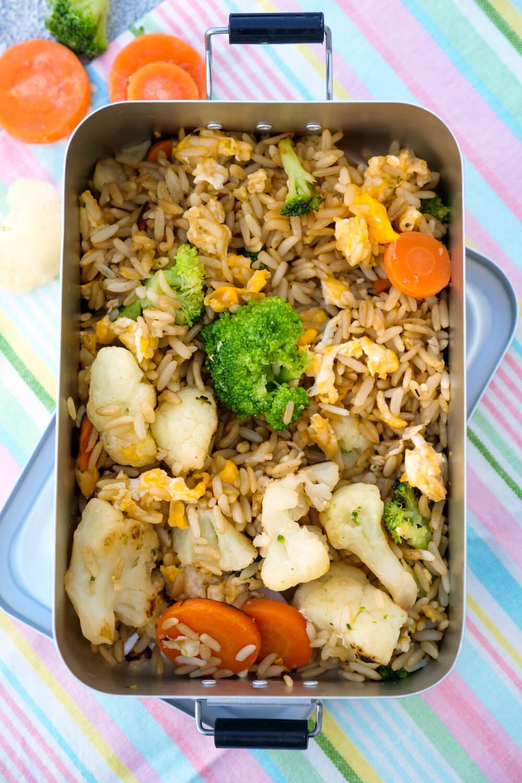Mein gebratener Reis ist ein schnelles Hauptgericht für die ganze Familie mit nur 5 einfachen Zutaten