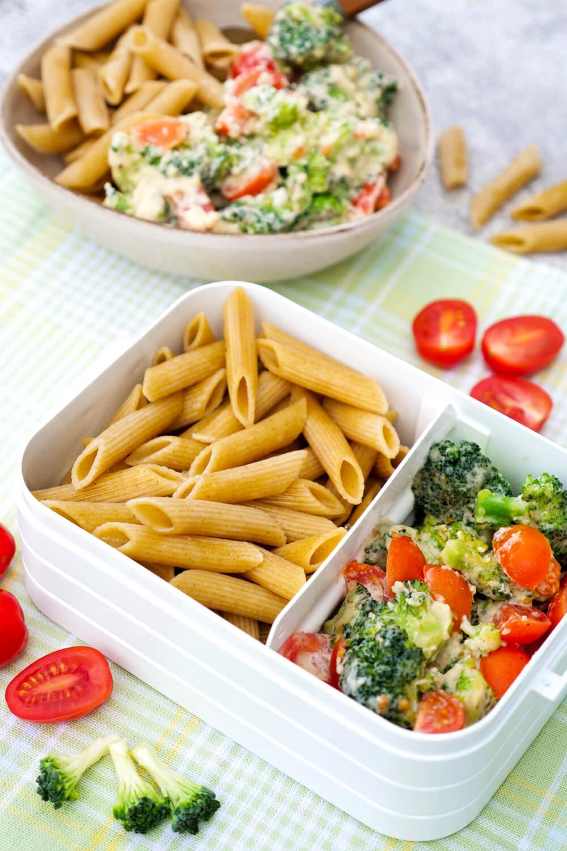 Turboschnelle, gesunde Nudeln mit Brokkoli, Tomaten und Parmesan-Sauce - ein einfaches Mittagessen-Rezept für Kinder