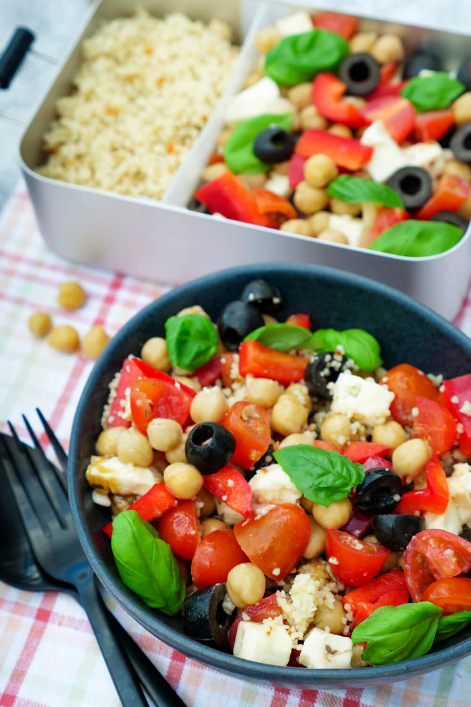 Italienischer Couscous-Salat mit Oliven, Tomaten, Paprika, Kichererbsen und Basilikum - ein schnelles Meal Prep Rezept