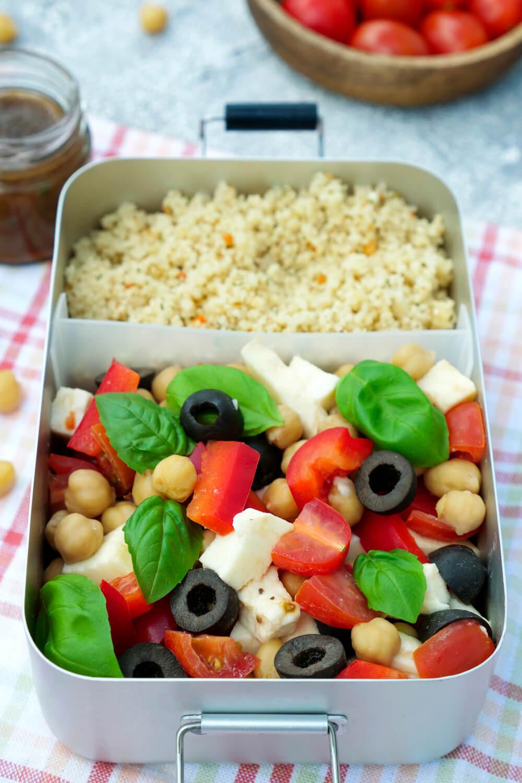 Meal Prep Salatrezept mit Couscous, Tomaten, Paprika, Oliven, Mozzarella und Basilikum