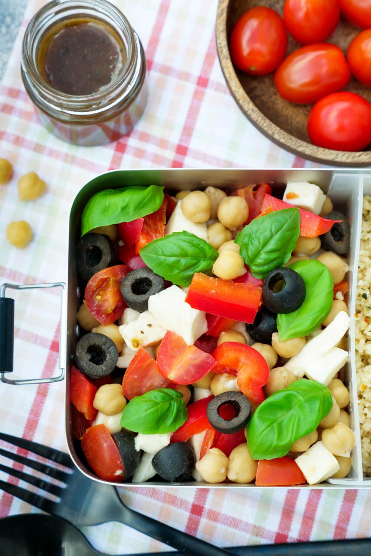 Schneller italienischer Salat mit Couscous, Tomaten, Kichererbsen und Oliven für die gesunde Mittagspause