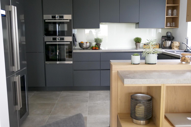 Meine neue Alno Küche mit matten, grifflosen Fronten in anthrazit und Echtholz Elementen