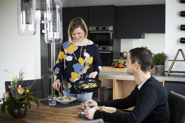 Dunkle Küche von Alno in anthrazit mit einem optischen Übergang zum Wohnraum