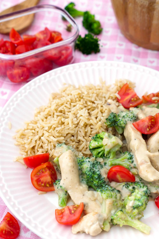 Hähnchen-Pfanne mit Brokkoli, Tomaten und Reis - ein schnelles Mittagessen für die Familie