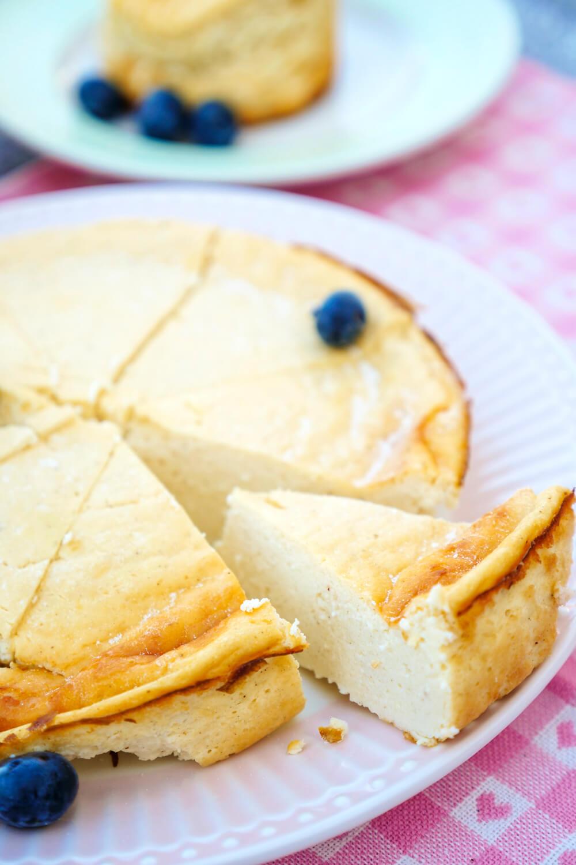 Low Carb Käsekuchen in Stücke geschnitten mit Heidelbeeren