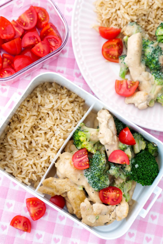 Schnelles Familienrezept: Brokkoli-Pfanne mit Hähnchen, Tomaten, Reis und Parmesan-Sauce