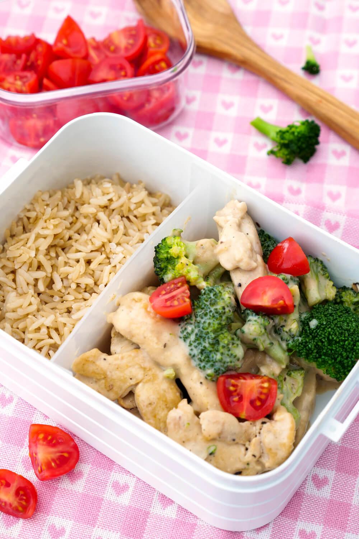 Hähnchen mit Brokkoli, Tomaten, Reis und einer leichten Parmesan-Sahne-Sauce - Meal Prep Rezept