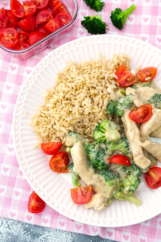 Reis mit Hähnchen, Brokkoli, Tomaten und einer cremigen Parmesan-Sahne-Sauce - ein leckeres und gesundes Rezept für Kinder