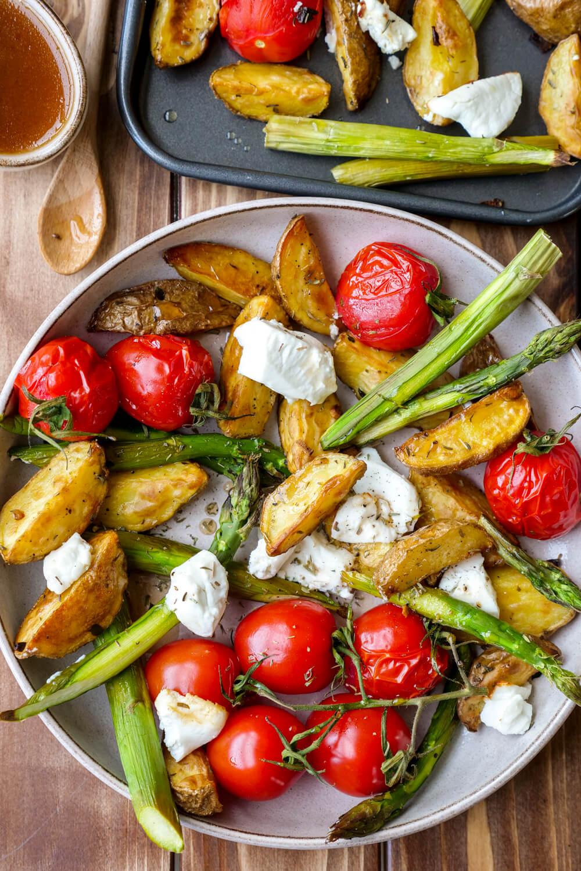 Ofenkartoffeln mit Spargel, Tomaten und Ziegenkäse vom Blech