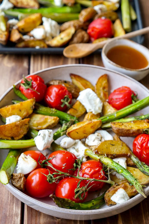 Knusprige Ofenkartoffeln mit grünem Spargel, Tomaten, Ziegenkäse und einem schnellen Honig-Dressing