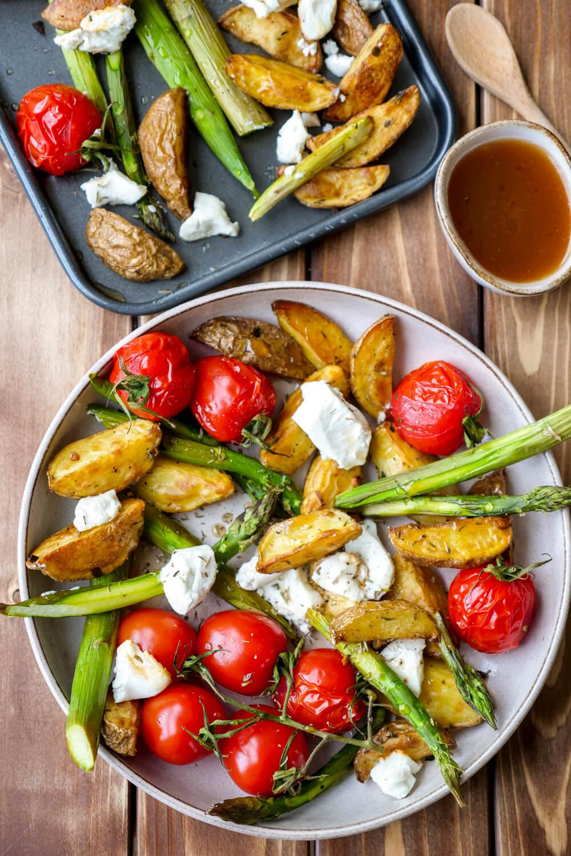 Grüner Spargel aus dem Ofen mit knusprigen Kartoffeln, Tomaten, Ziegenkäse und einem Honig-Dressing
