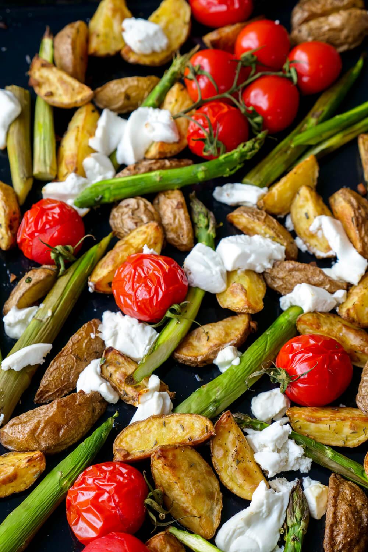 Knusprige Ofenkartoffeln mit grünem Spargel, Tomaten, Ziegenkäse und Honig-Dressing - ein schnelles Ofenrezept