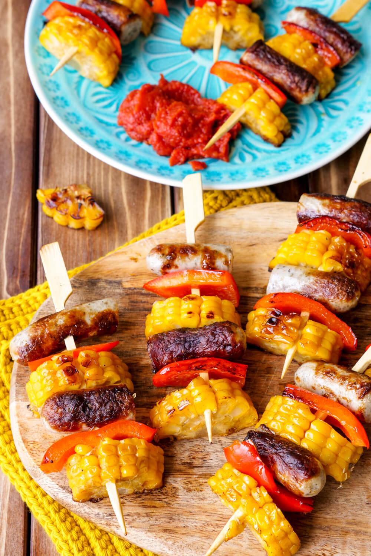 Schnelle Bratwurst-Spieße mit Mais und Paprika für das Grillfest mit Kindern