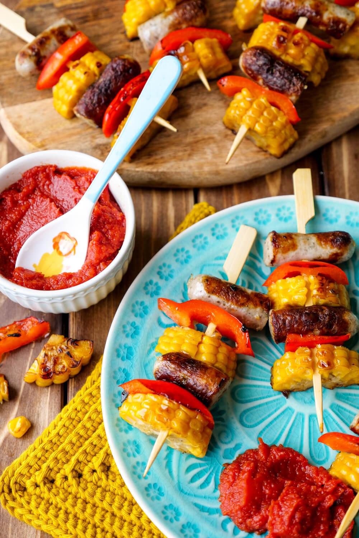 Bratwurst-Spieße mit Mais und Paprika und Kinder-Ketchup ohne Zucker