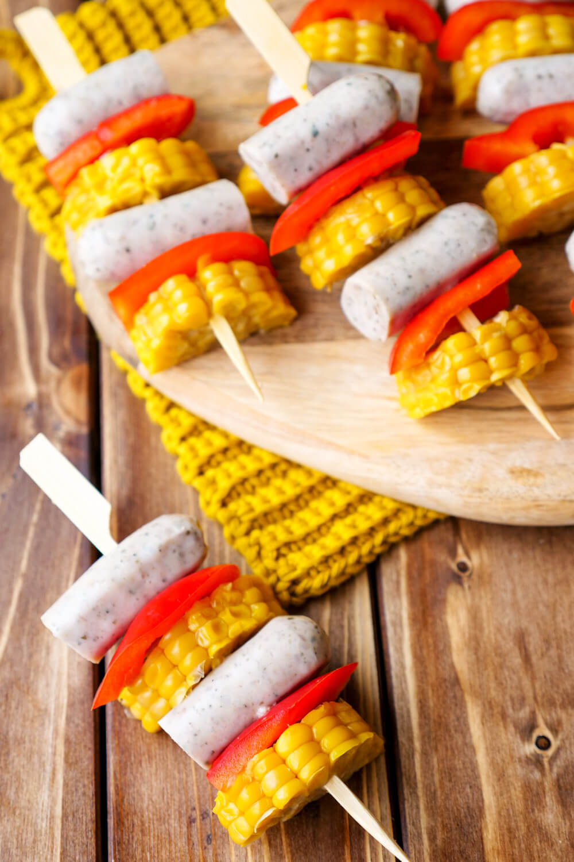 Schnelle Bratwurst-Spieße für Kinder mit Mais und Paprika