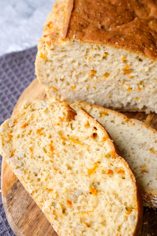 Turboschnelles Brot mit Dinkelmehl, Möhren, Sesamöl und Sonnenblumenkernen - das perfekte Brot für das Sonntagsfrühstück mit Kindern