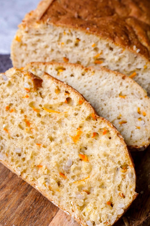 Außen knusprig und innen saftig - mein Dinkelbrot mit Möhren ist das perfekte Brot für Kinder und in gerade einmal 10 Minuten zubereitet
