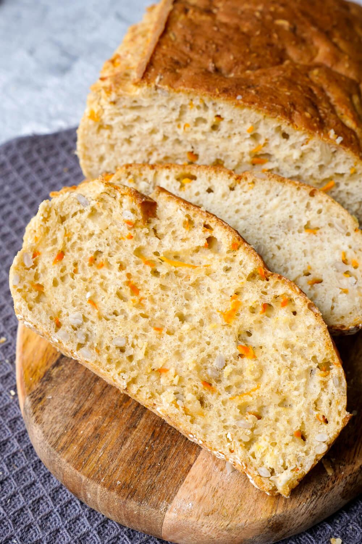 Dinkelbrot mit Möhren, Sesam und Sonnenblumenkernen - ein schnelles Brotrezept für die ganze Familie