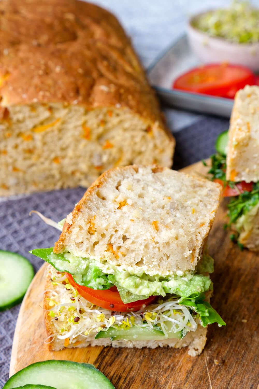 Gesundes Dinkelbrot mit Möhren, Sesamöl und Sonnenblumenkernen - ein schnelles Brotrezept