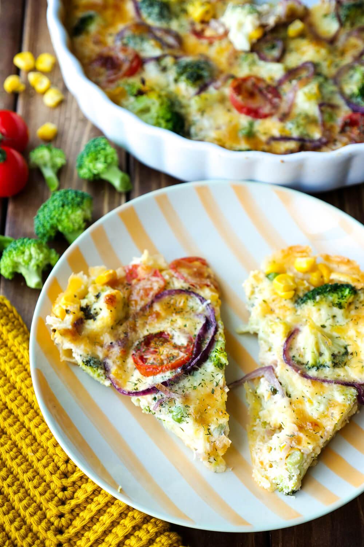 Vegetarische Gemüsequiche mit Brokkoli, Tomaten, Mais, Erbsen und Zwiebeln - ein schnelles Kinderrezept