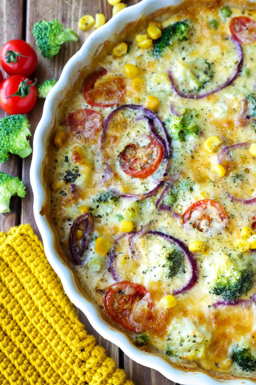 Schnelle Gemüsequiche mit Brokkoli, Tomaten, Erbsen und Mais