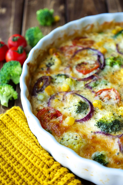 Herzhafte Quiche mit Brokkoli, Tomaten, Erbsen und Mais - ein gesundes Kinderrezept