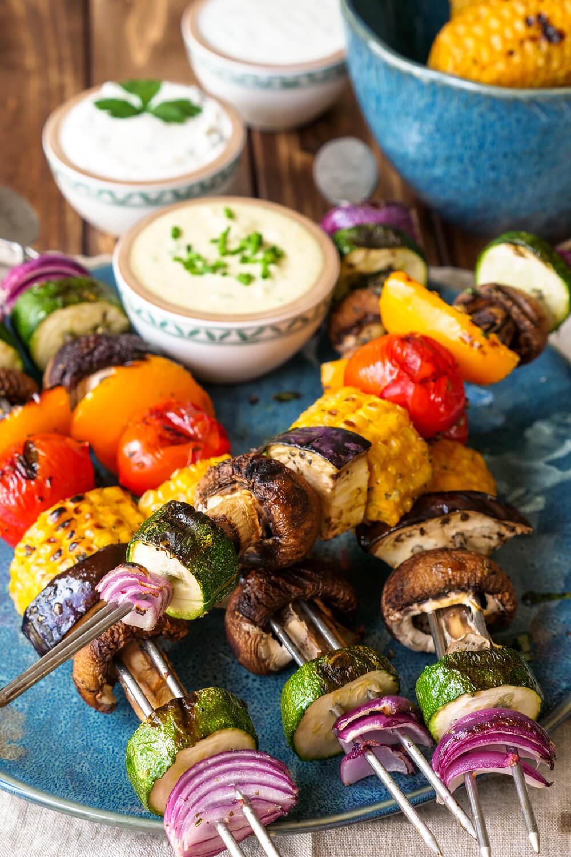 Farbenfrohe Gemüsespieße vom Grill - perfekt als Grillbeilage oder das vegetarische Grillbuffet