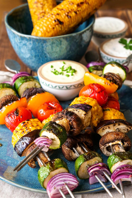 Gemüsespieße vom Grill mit drei schnellen Dips - vegetarisch Grillen mit Mais, Tomaten, Zucchini und Champignons
