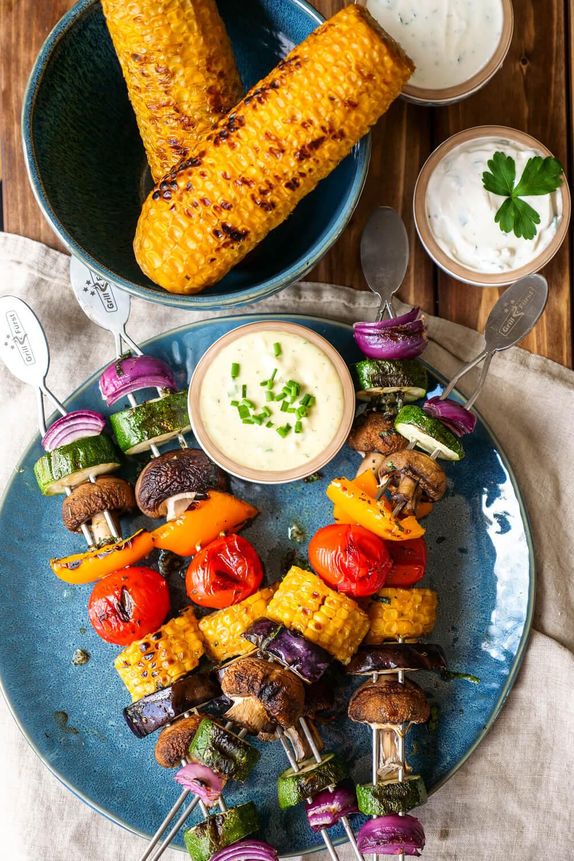 Gemüsespieße vom Grill mit Zwiebeln, Zucchini, Champignons, Paprika, Tomaten, Mais und Aubergine - vegetarisch grillen