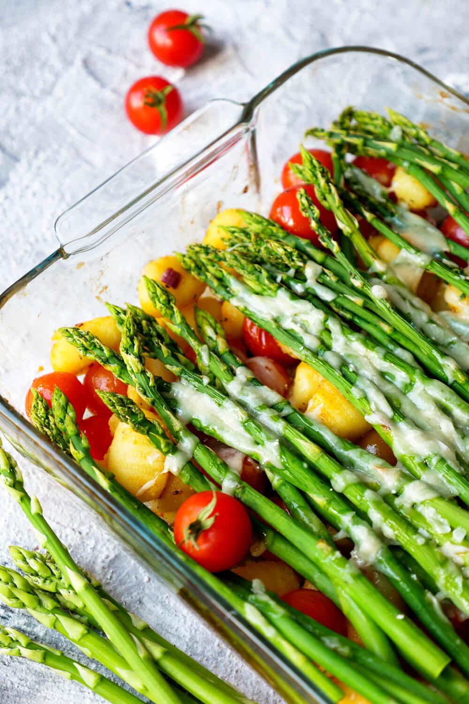 Gnocchi mit grünem Spargel, Tomaten und Parmesan aus dem Backofen - eins schnelles Feierabend-Rezept
