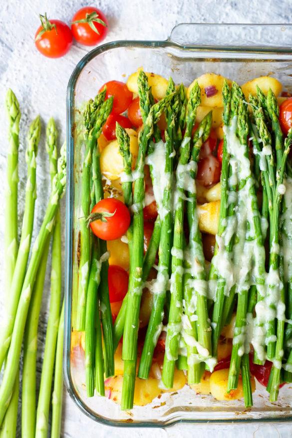 Auflauf mit Gnocchi, grünem Spargel, Tomaten und Käse überbacken in der Auflaufform