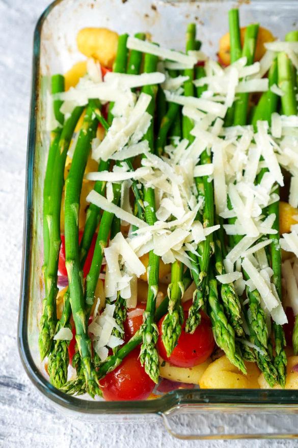 Gnocchi mit grünem Spargel, Tomaten und Parmesan in der Auflaufform