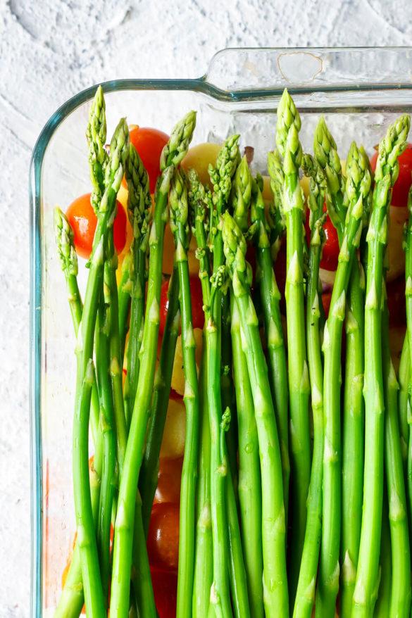 Grüner Spargel auf Gnocchi und Tomaten in der Auflaufform