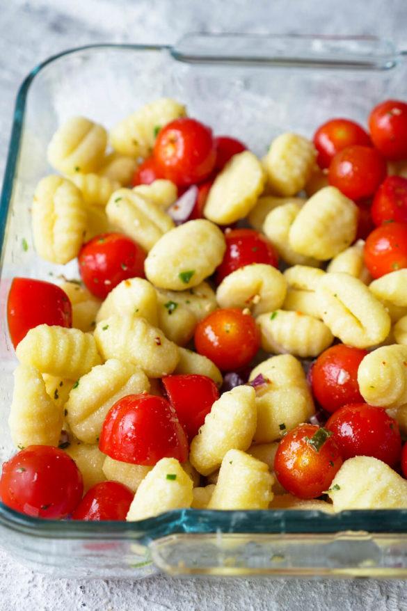 Gnocchi mit Tomaten in der Auflaufform
