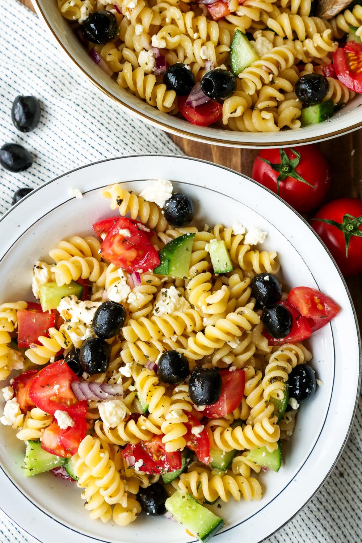 Nudelsalat griechische Art mit Oliven, Feta, Tomaten, Gurken und Knoblauch-Dressing
