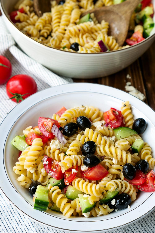 Schnelles Rezept für griechischen Nudelsalat mit Oliven und Feta - eine farbenfrohe Grillbeilage