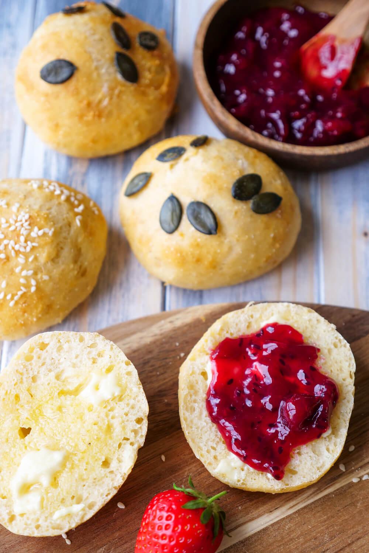 Gesunde Brötchen für das Sonntagsfrühstück - ein schnelles 6-Zutaten-Rezept für fluffig Quarkbrötchen