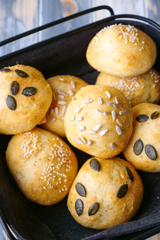 Selbstgebackene Brötchen für das Sonntagsfrühstück - Quarkbrötchen aus Dinkelmehl und Grieß